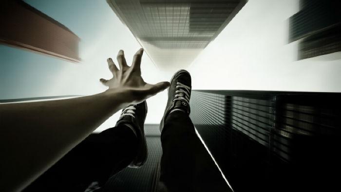 بهترین روش ها برای زنده بیرون آمدن از آسانسوری که در حال سقوط آزاد است