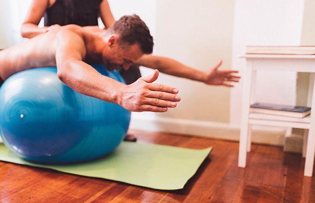 با توپ طبی به عضلات شکم شکل دهید