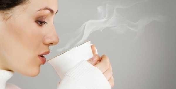 ۱۰ فایدهی شگفتانگیز نوشیدن آب گرم