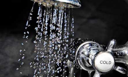 آیا واقعا دوش گرفتن با «آب سرد» برای بدن مفید است
