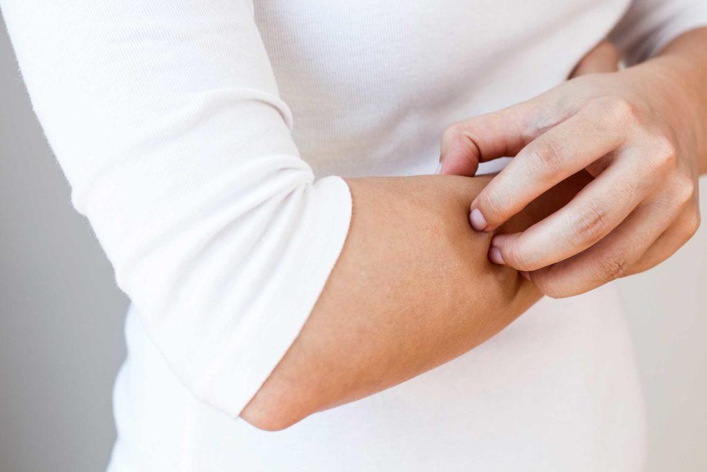 ۸ دلیل عمده خشکی و خارش فصلی پوست و راهکارهایی برای رفع آنها
