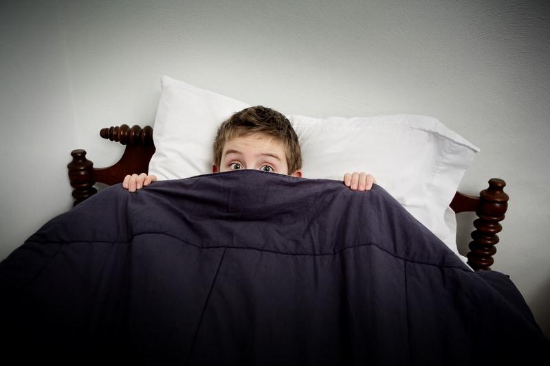 چند توصیه برای والدینی که کودکشان از تاریکی می ترسد