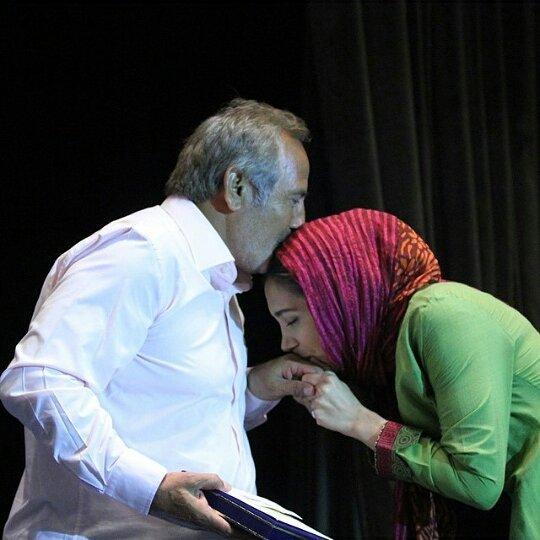 بوسه نیکی مظفری بر دستان مجید مظفری روی سن! + عکس
