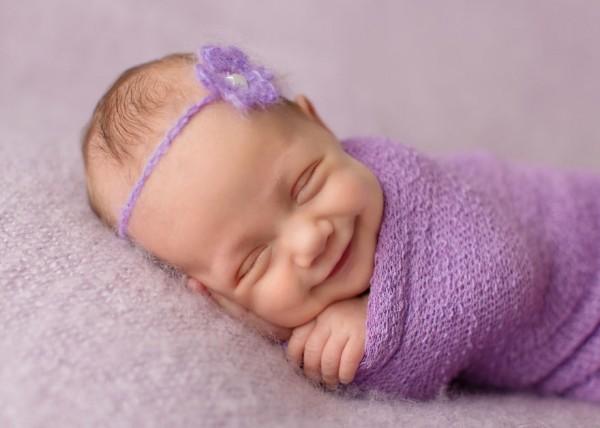 چرا نوزادان هنگام خواب لبخند می زنند؟