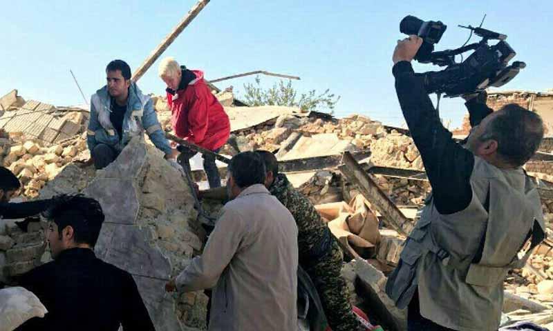 حضور ده ها خبرنگاران خارجی در مناطق زلزله زده + عکس