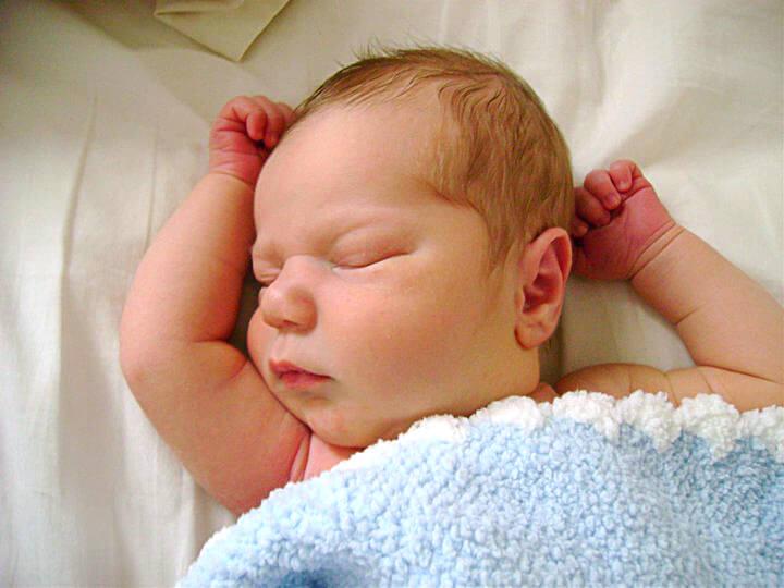 چرا کودکم در خواب عرق می کند؟