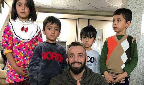 امیر تتلو در میان کودکان زلزله زده! + عکس