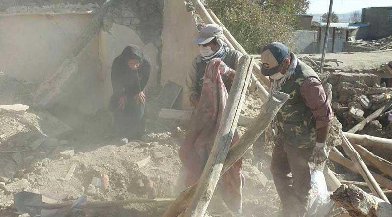 تصویری دردناک از مادری که در جستجوی جنازه فرزندش است