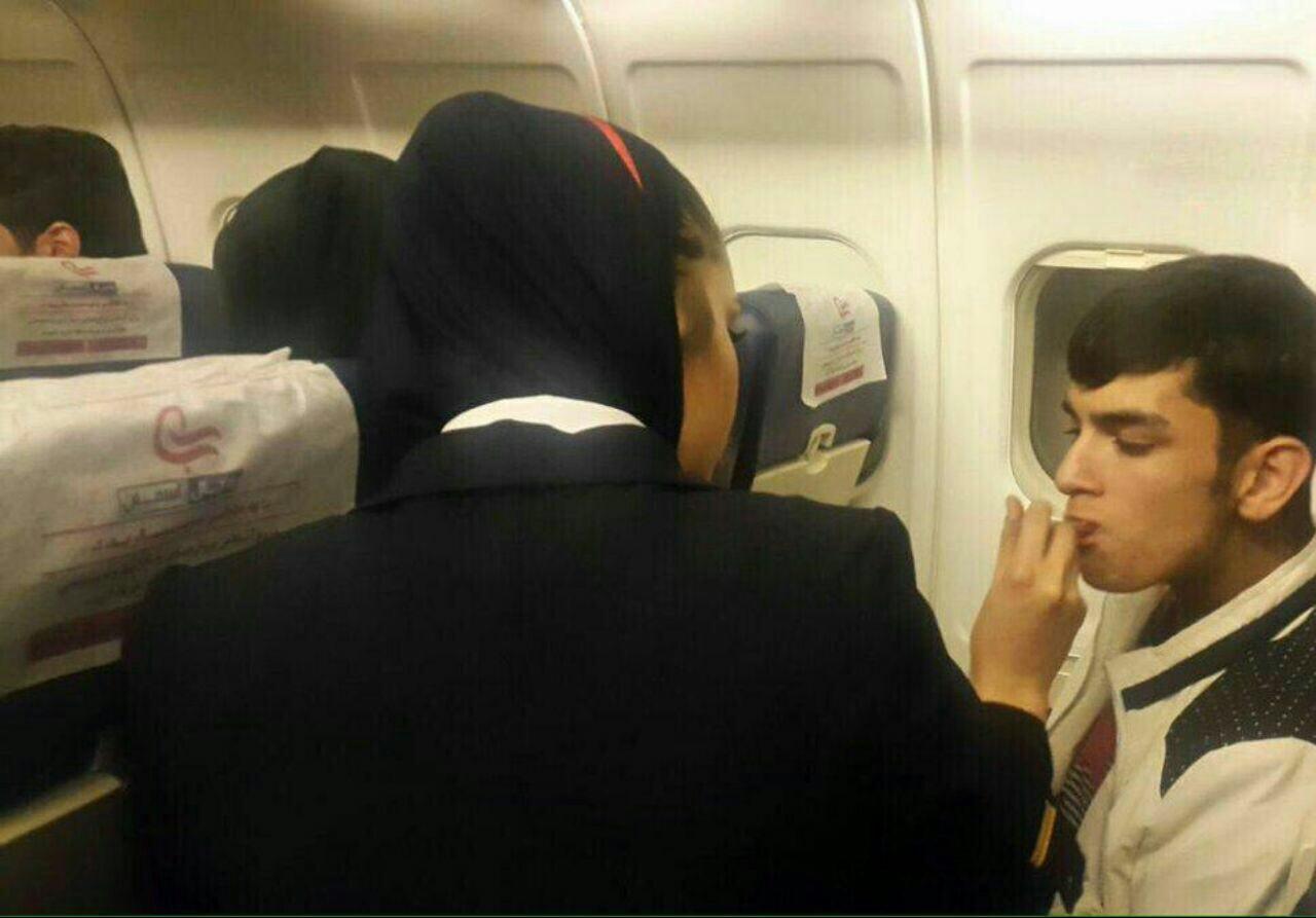 غذا دادن مهماندار خانم به نوجوان معلول در یک پرواز! + عکس