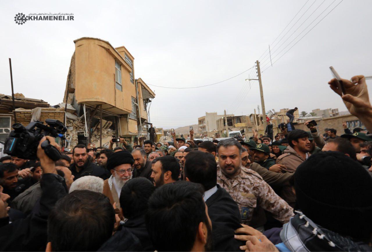 رهبرانقلاب در بین مردم داغدار زلزلهزده سر پل ذهاب + عکس