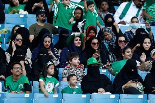 لباس زنان سعودی در استادیوم های ورزشی! + تصاویر