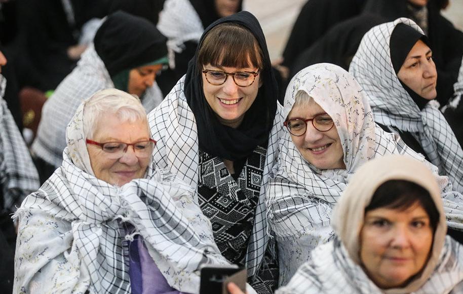 تیپ خانم های خارجی در مراسم تجدید میثاق با آرمان های امام! + عکس