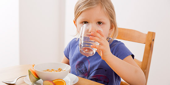 چرا نباید همراه غذا، آب خورد