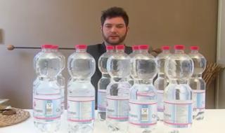 مردی برای زنده ماندن باید روزانه ۲۰ لیتر آب بنوشد + عکس