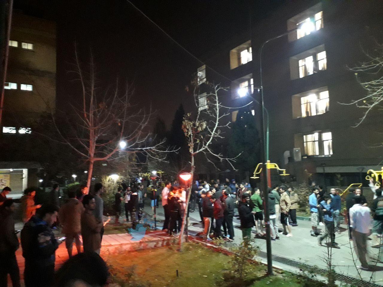 هجوم دانشجویان به حیاط خوابگاه دانشگاه علامه طباطبایی پس از زلزله + عکس