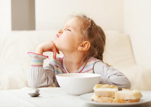 چگونه کودک بد غذا را تشویق به خوردن کنیم ؟