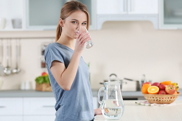 اگر ۳۰  روز فقط آب بنوشید، چه اتفاقی می افتد؟