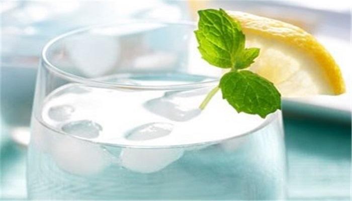 نحوه نوشیدن آب و تاثیر آن بر سلامتی بدن