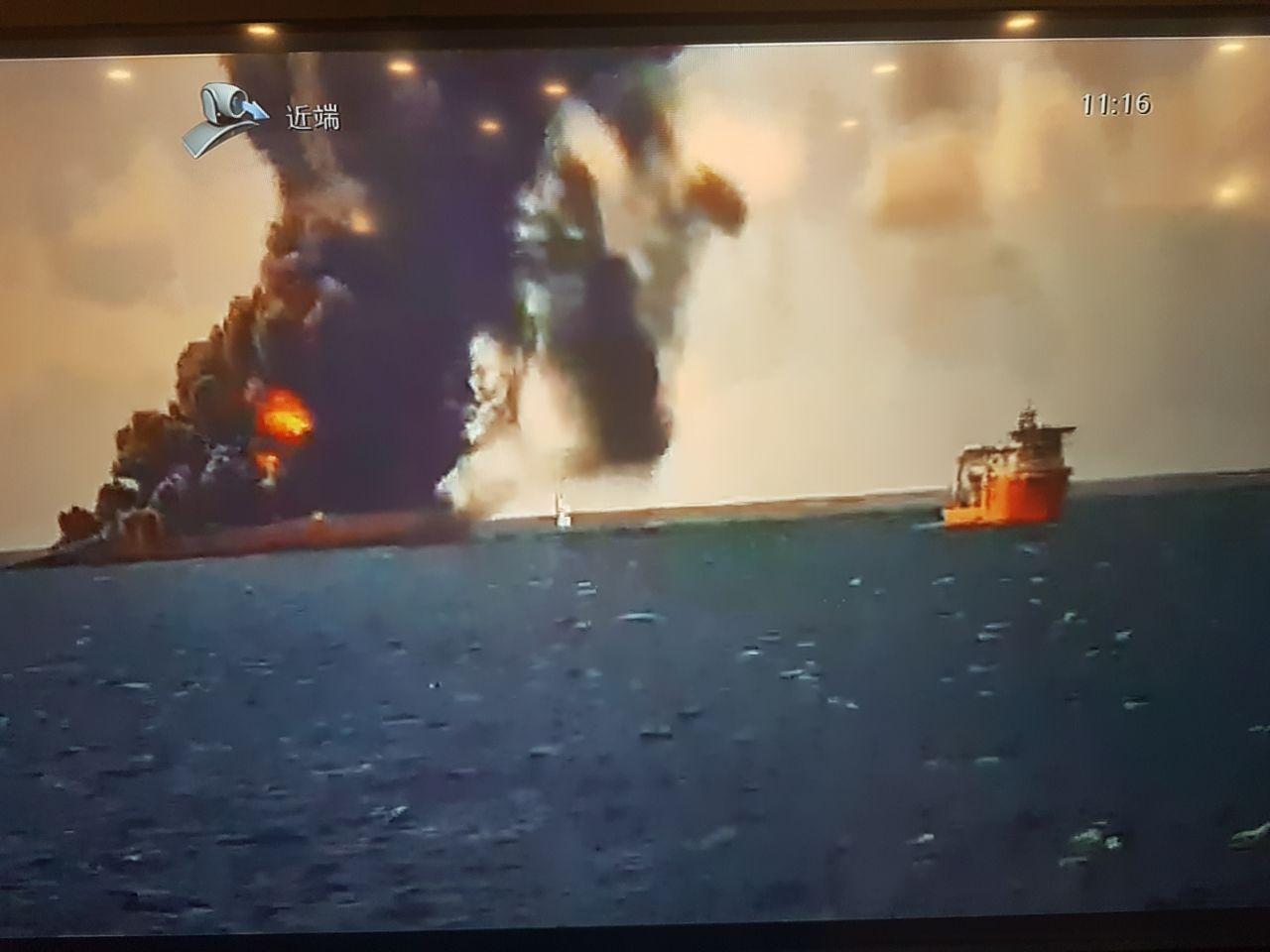 گروه امداد و نجات ایرانی در نزدیکی نفتکش حادثه دیده + عکس