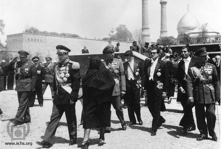 پوشش اسلامی مادر محمدرضا شاه در یک مراسم! + عکس