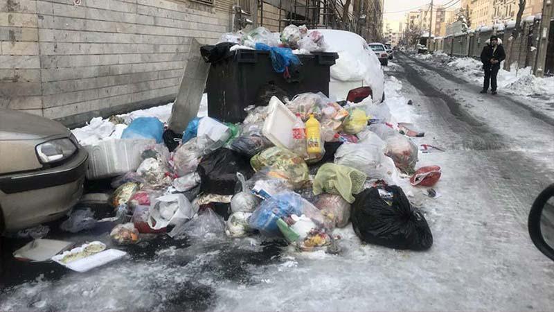 انباشت زبالههای تهران در روز برفی! + عکس