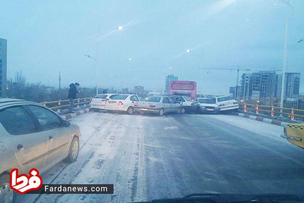 تصادف زنجیرهای ۳۰ خودرو در همدان + عکس