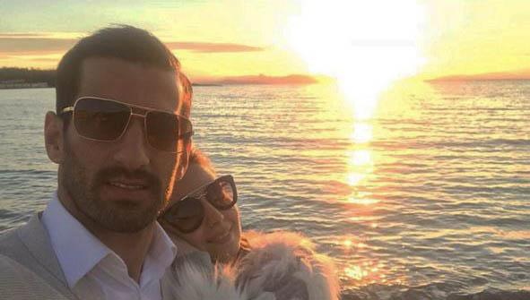 تیپ بازیکن تیم ملی و همسرش در کنار دریا! + عکس