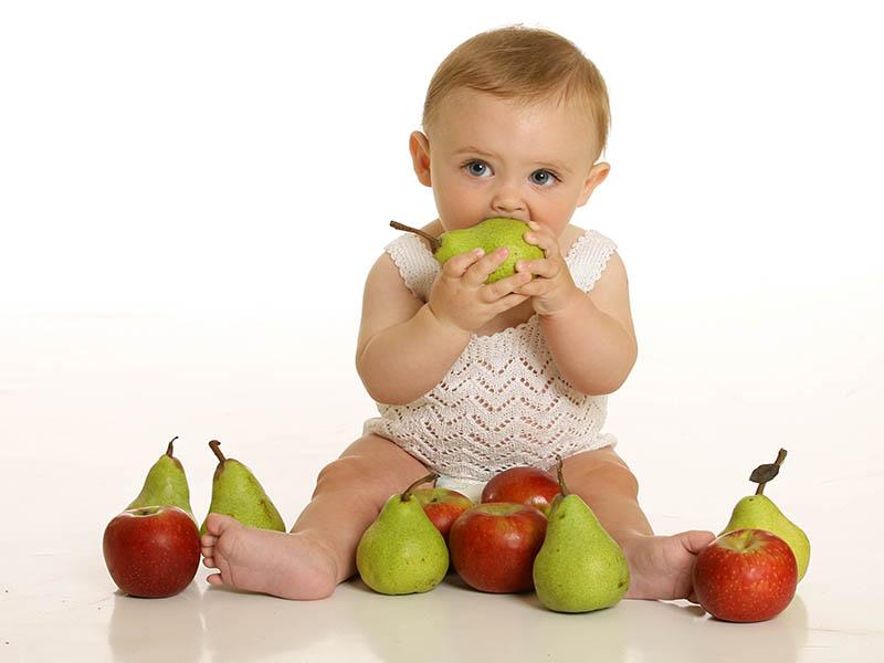 از چه سنی می توان به شیرخوار میوه داد؟