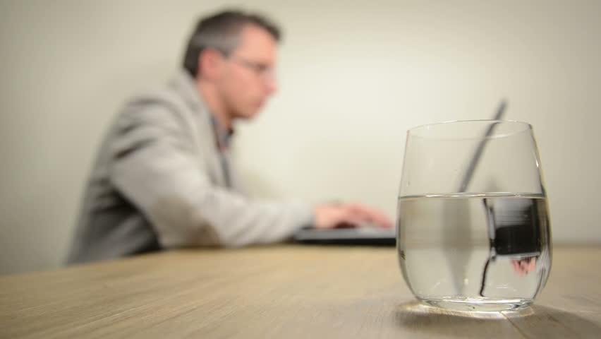 چرا باید در محل کار بیشتر آب بخوریم؟