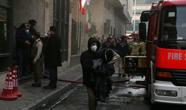 احتمال ریزش ساختمان وزارت نیرو که از روز گذشته دچار حریق شد+ عکس