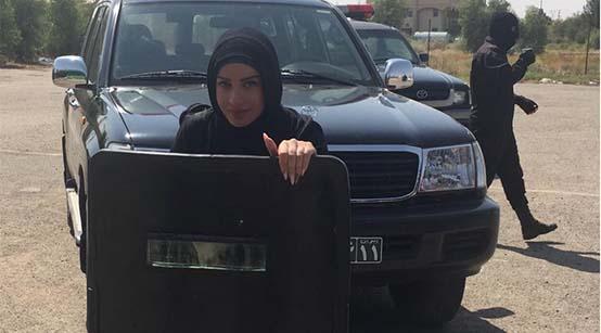 ژست عجیب و غریب خانم بازیگر با ماشین یگان ویژه! + عکس