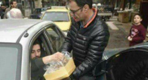 توزیع شیرینی در خیابانهای دمشق + عکس