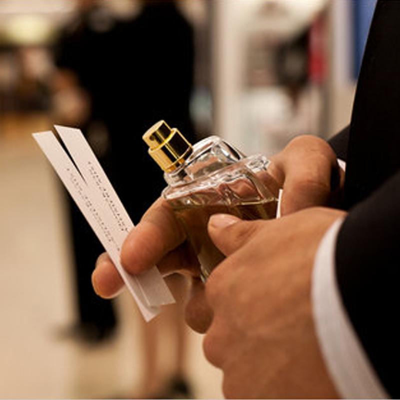 چگونه لکه عطر را از روی لباس پاک کنیم؟