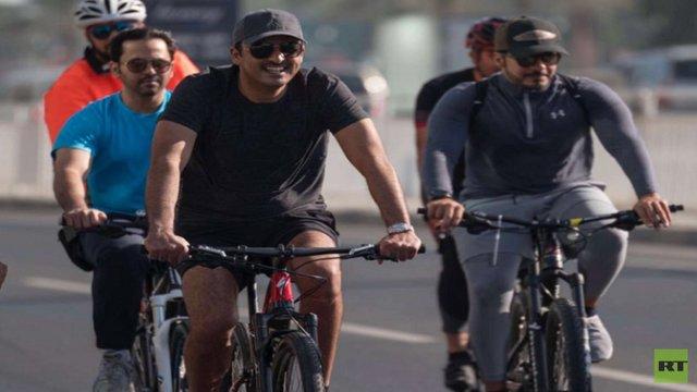 امیر قطر سوار بر دوچرخه در خیابانهای دوحه! + عکس