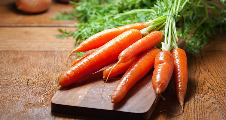 خوراکیهایی که به رفع آکنه کمک می کنند: از هویج تا بادام