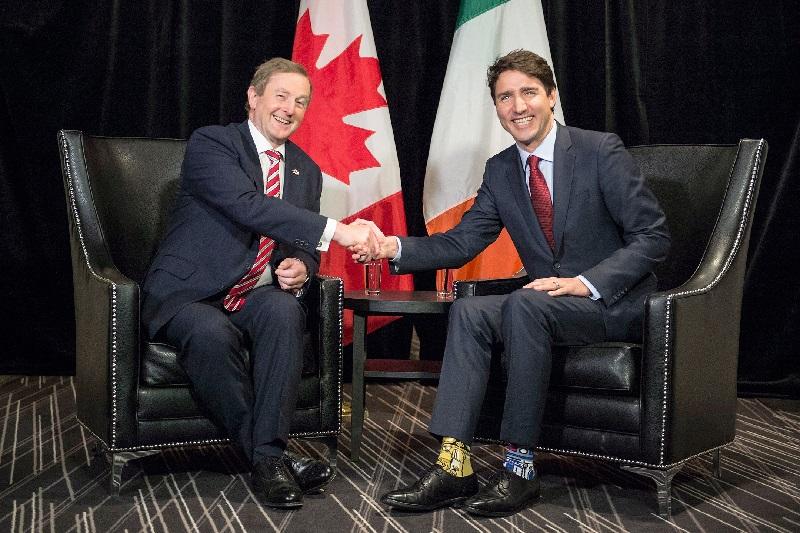 علت پوشیدن جوراب های رنگی توسط «نخست وزیر کانادا» فاش شد! + عکس