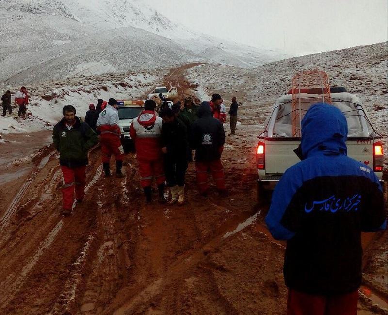 تیمهای جستجوی هلال احمر در منطقه صعب العبور در دنا +عکس