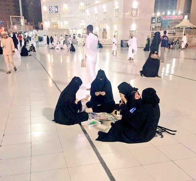 عکس جنجالی از ورق بازی زنان عربستان در مسجد الحرام!