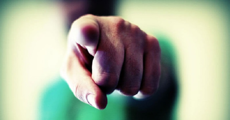 نشانههایی که ثابت میکنند به  قضاوت کردن دیگران معتاد شدهاید