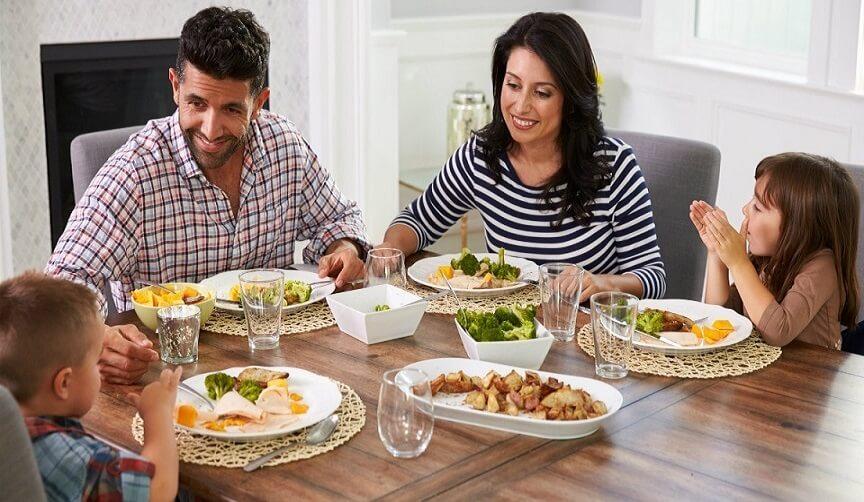 8 دلیل برای خوردن وعده های غذایی در کنار خانواده