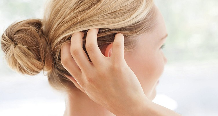 ۵ دلیل شایع خارش پوست سر