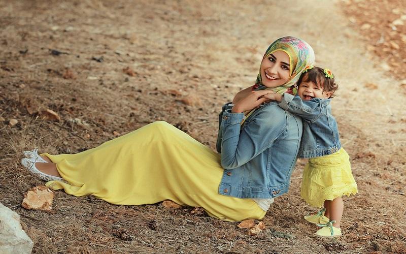 پایۀ بهشتی شدن هرکس از مادر است...