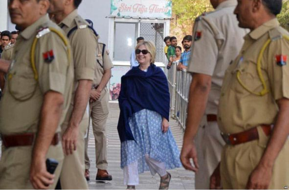 تیپ عجیب هیلاری کلینتون در هند! + عکس