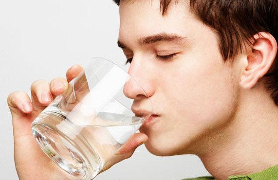 «نوشیدن آب» در حمام، همراه غذا و در حالت ناشتا برای بدن بسیار مضر است