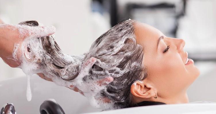 ۶ کاری که باید هنگام شامپو کردن موها رعایت کنید