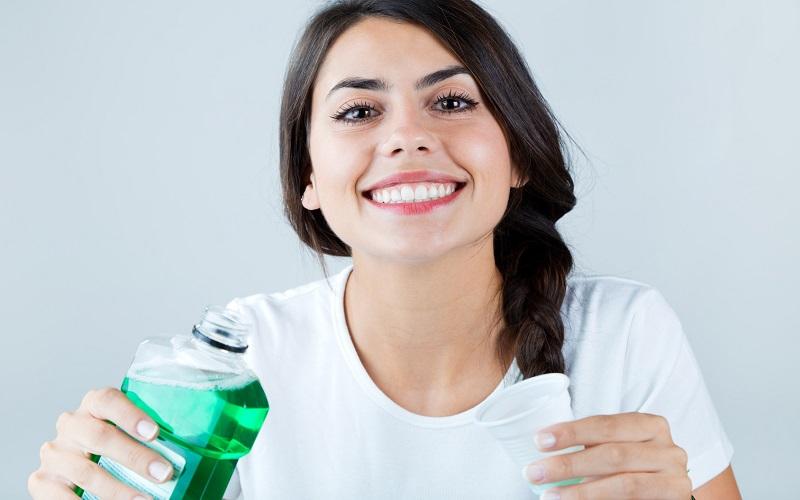 بهترین دهانشویه های طبیعی و گیاهی را بشناسید