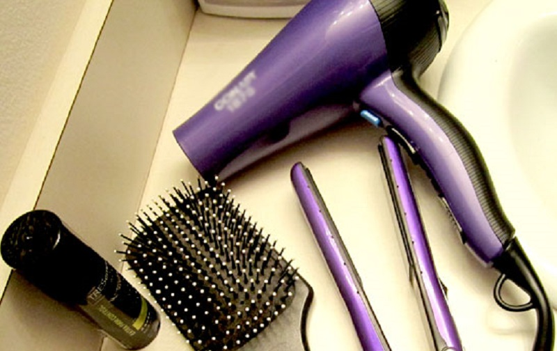 سشوار یا اتوی مو، کدام بهتر است؟