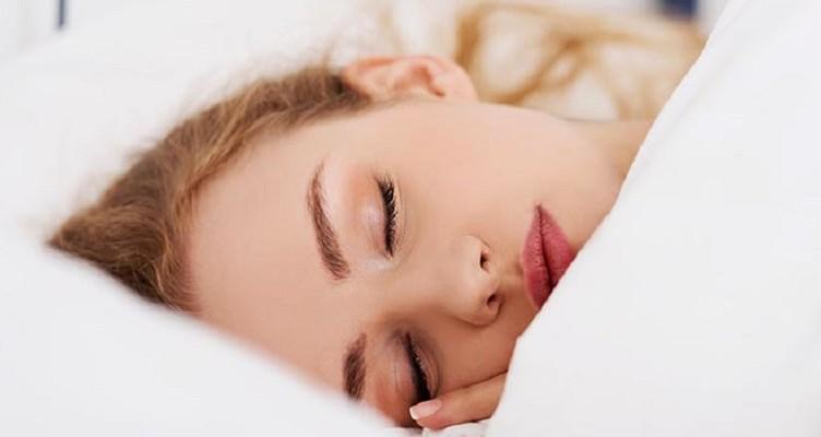 ۶ ضرر خوابیدن با آرایش در ایام نوروز