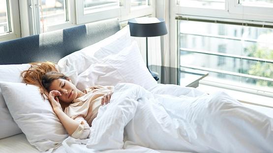 به این پنج دلیل، شبها پیش از خواب دوش بگیرید