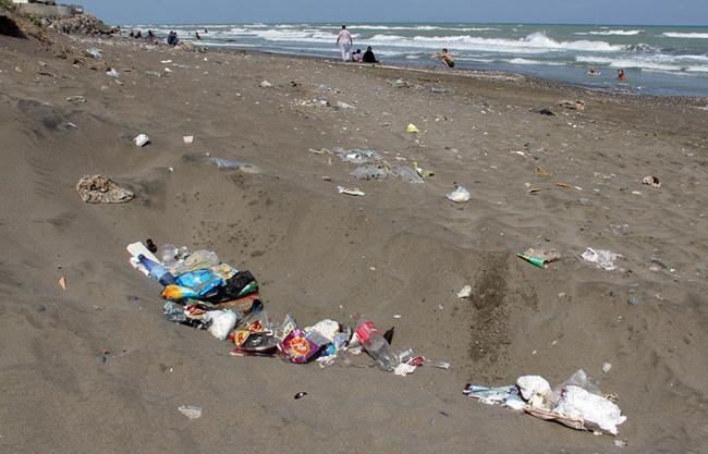 رهاسازی زباله گردشگران چه بلایی بر سر دریای خزر آورده است؟